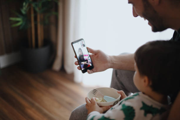 Vater und Sohn verbinden sich während der Quarantäne mit der Familie – Foto