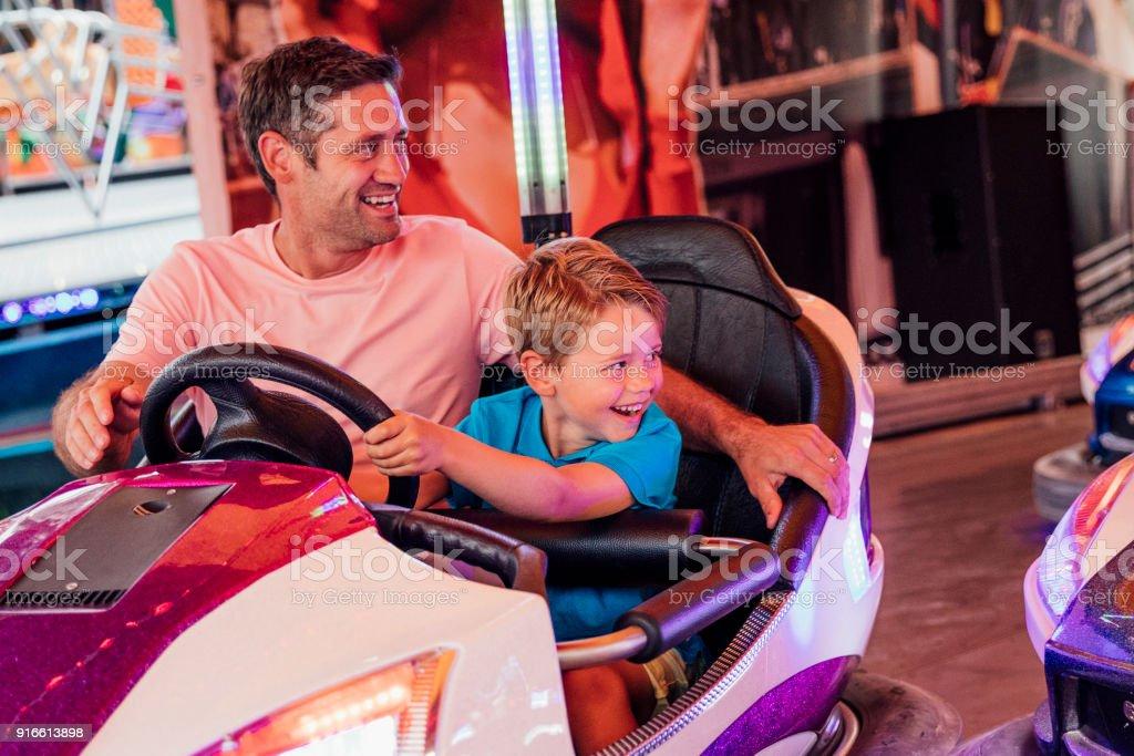 Vater und Sohn fahren Autoscooter – Foto