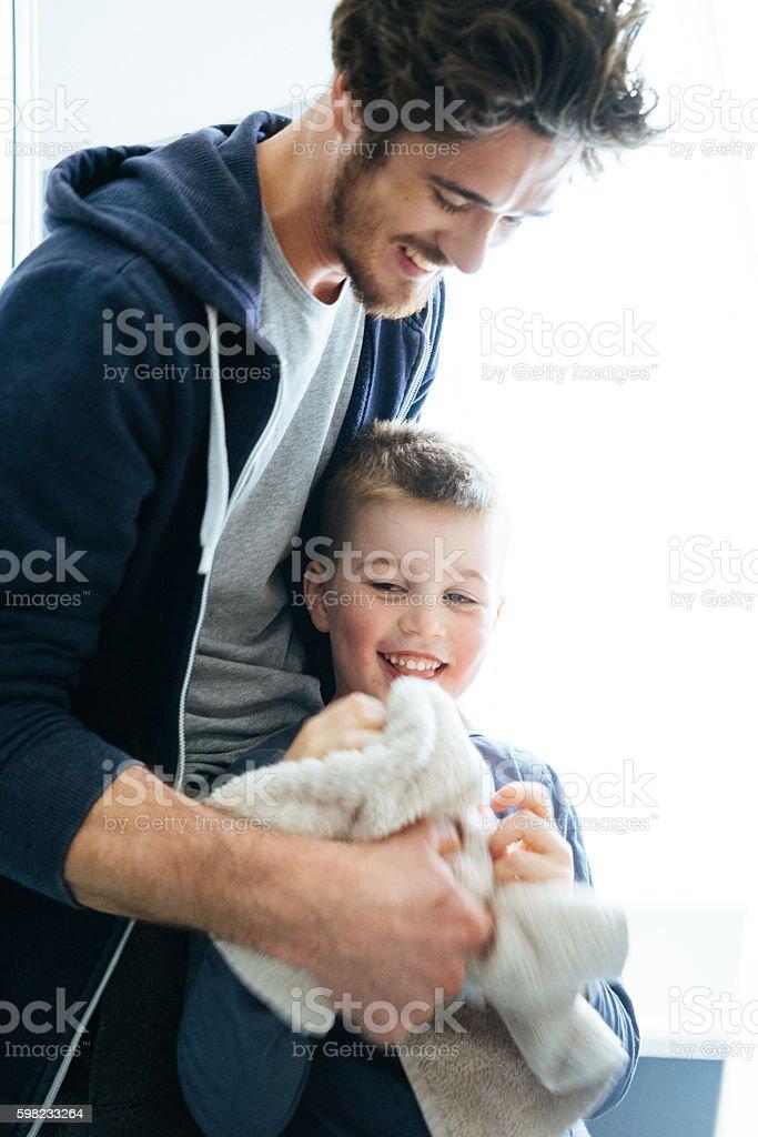Pai e filho secagem Mãos após lavar dentes juntos foto royalty-free
