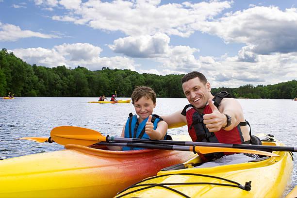 padre e hijo disfrutar de paseos en kayak - kayak fotografías e imágenes de stock