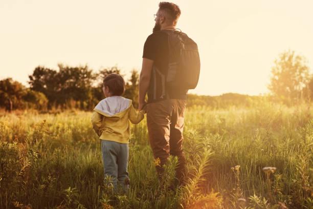 Vater und Sohn genießen gemeinsam Sonnenuntergang – Foto