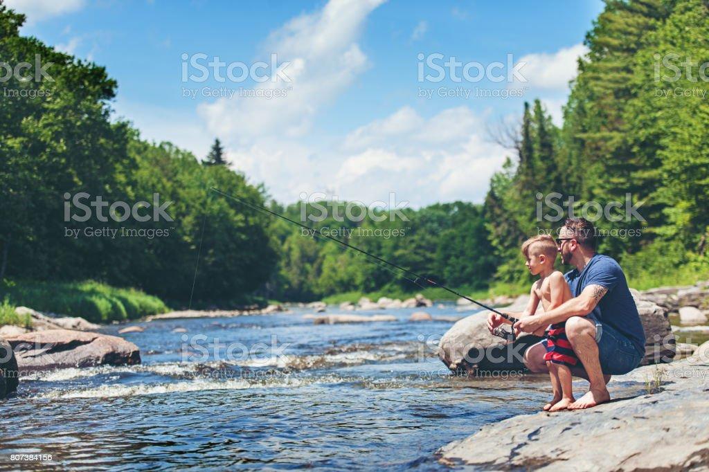 Vater und Sohn beim Angeln – Foto