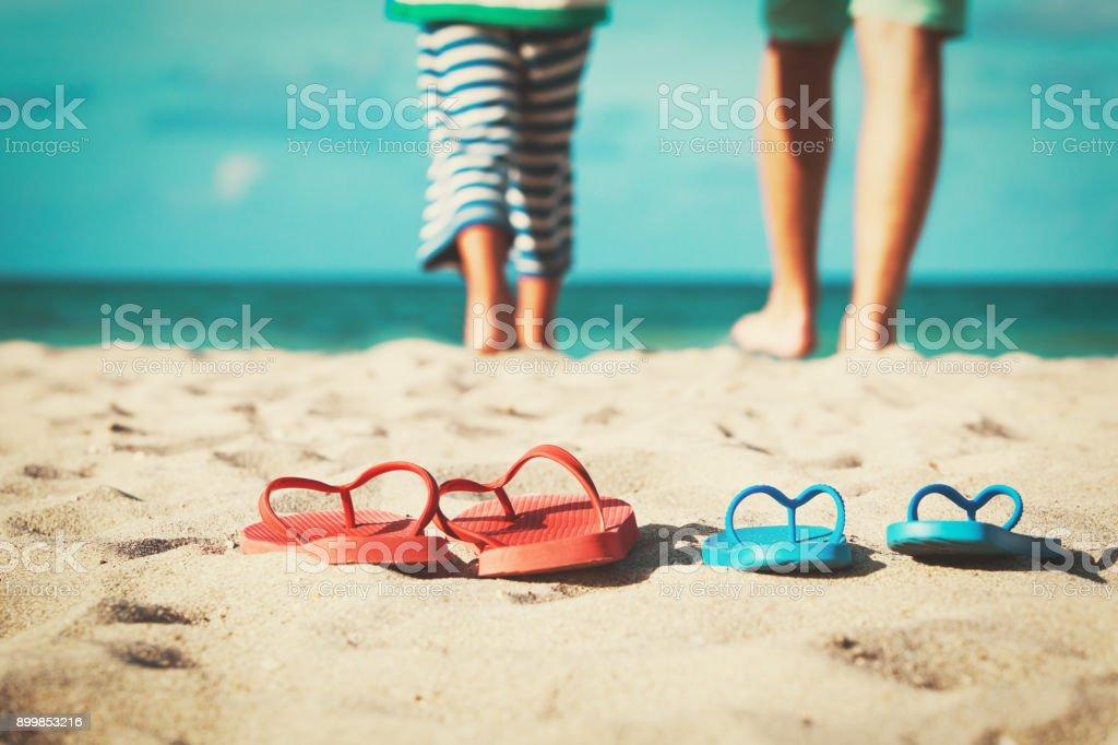 Vater und Sohn gehen am Strand schwimmen Lizenzfreies stock-foto