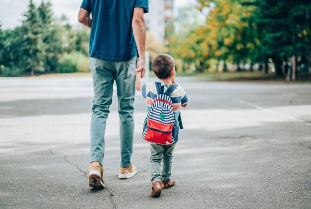far och son går på dagis. - förälder bildbanksfoton och bilder