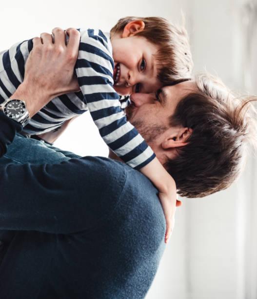 Vater und Sohn haben gemeinsam Spaß – Foto