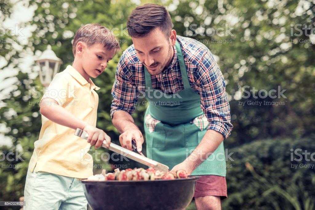 Vater und Sohn mit einer Grillparty – Foto