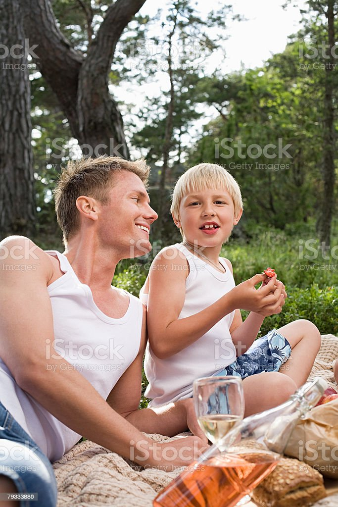Father and son having a picnic 免版稅 stock photo