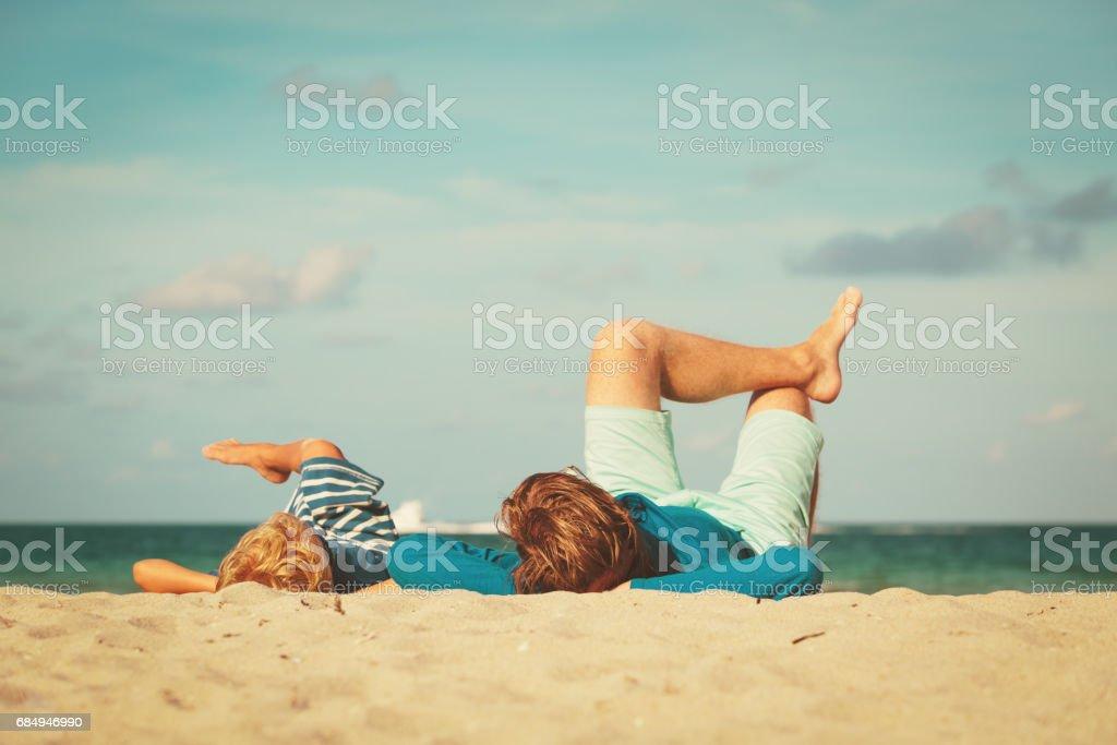 Vater und Sohn Spaß am Strand Lizenzfreies stock-foto