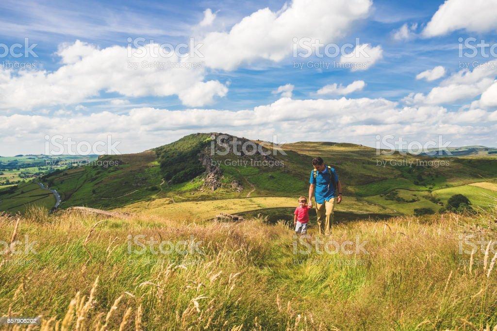 Vater und Sohn wandern im Peak District – Foto