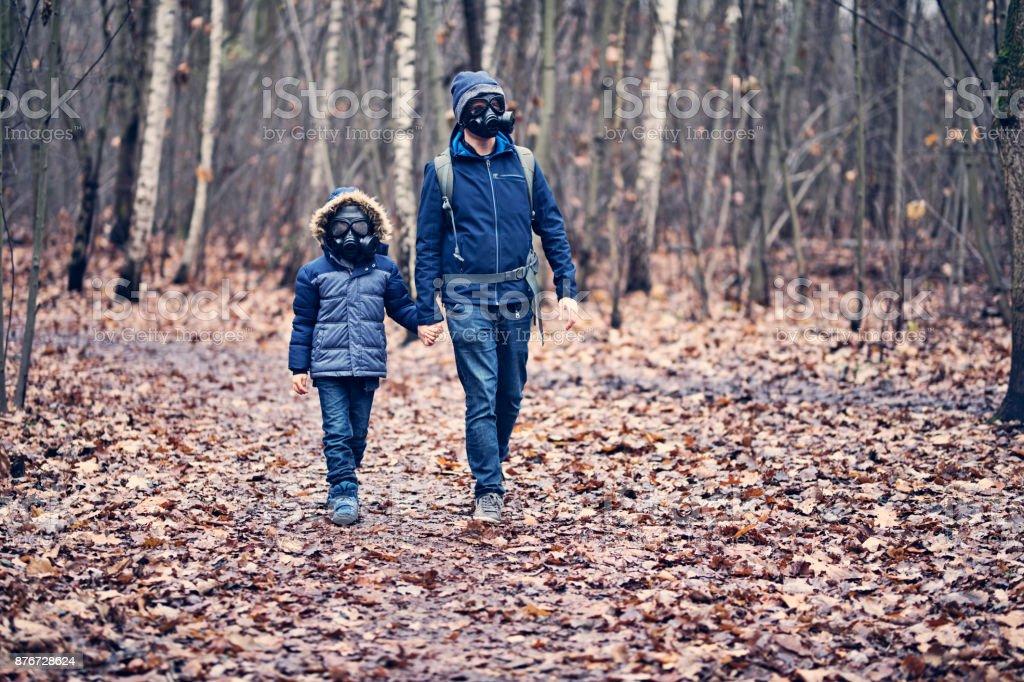 Vater und Sohn Hking in verschmutzten Wald – Foto