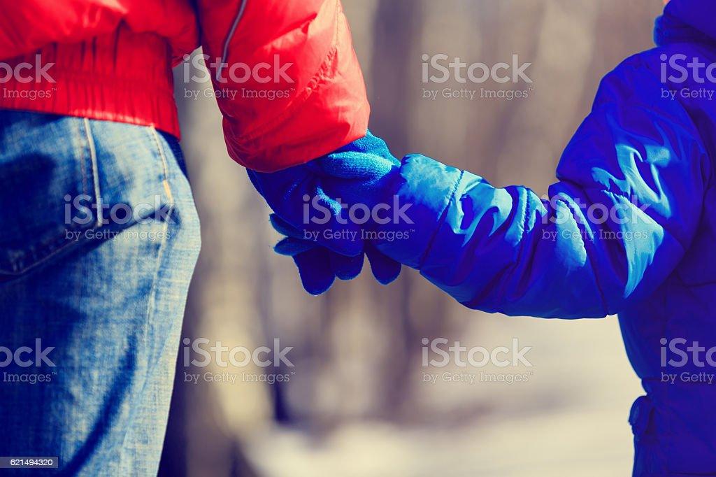 Père et fils tenant les mains en hiver photo libre de droits