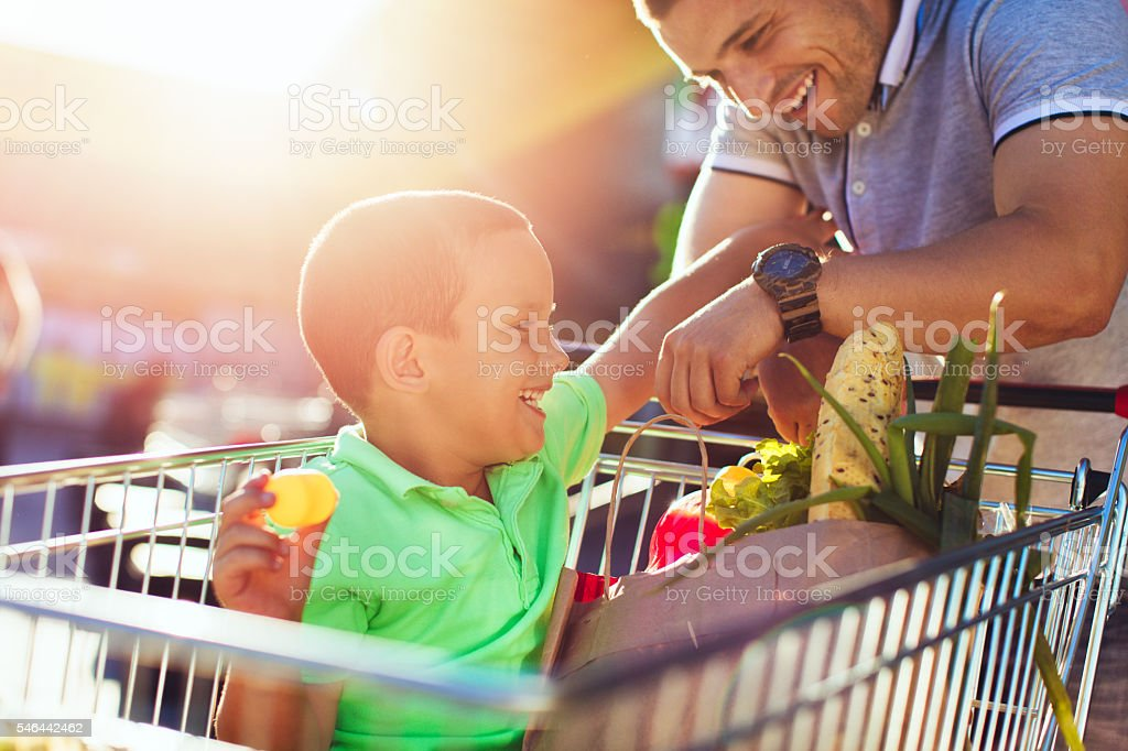 Father and son in a grocery shopping - foto stock