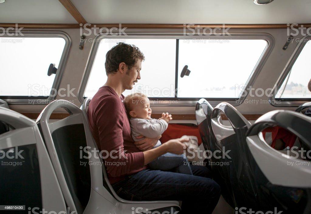 Padre e figlio in un Vaporetto - foto stock
