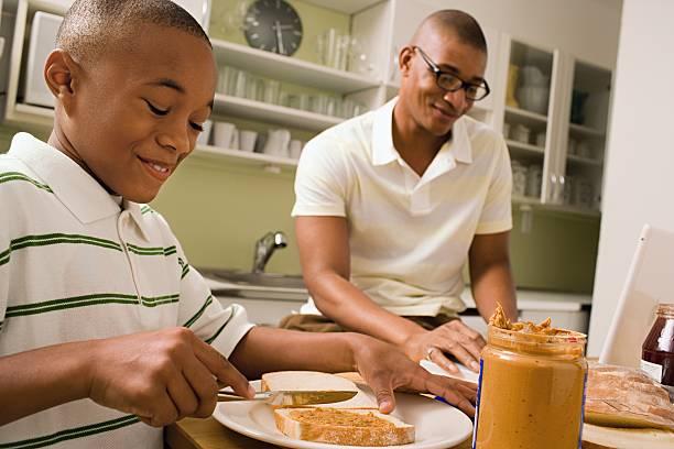 Vater und Sohn in Essen in der Küche – Foto