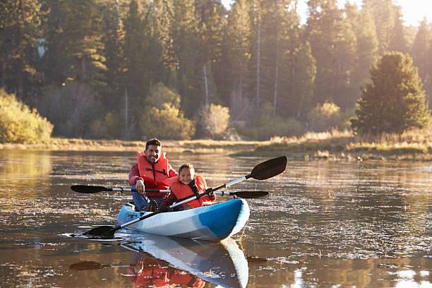 Père et fils, pratiquer le kayak sur lac rural, vue de devant - Photo