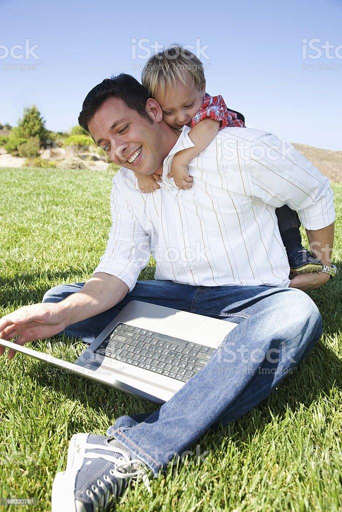 Padre e figlio portatile foto stock royalty-free