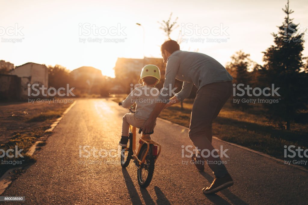 Father and son on a bicycle lane - fotografia de stock