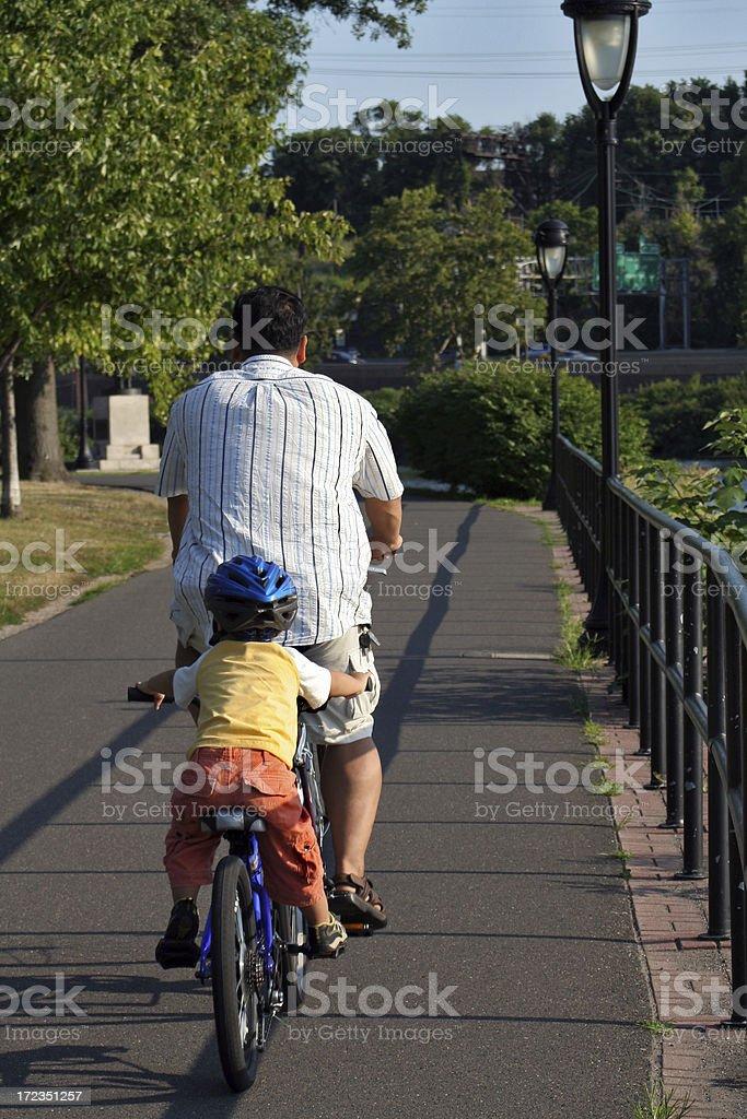 Padre e hijo en una bicicleta foto de stock libre de derechos
