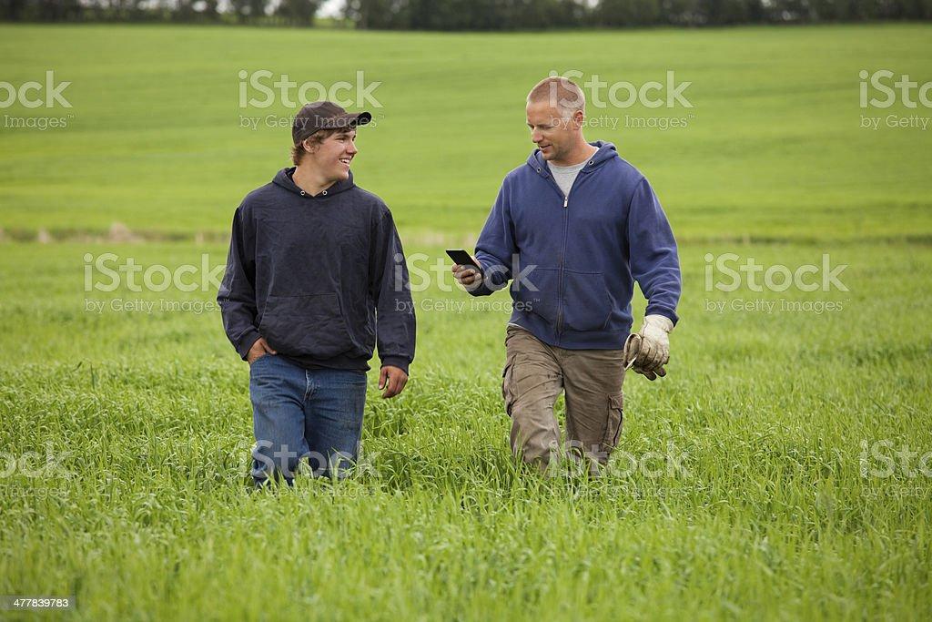 Vater und Sohn auf dem Bauernhof – Foto