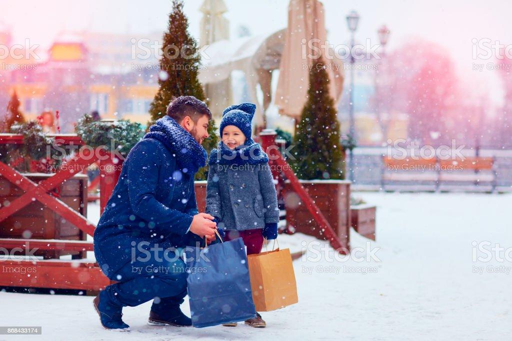 père et fils sur hiver shopping en ville, des fêtes, achat cadeaux - Photo