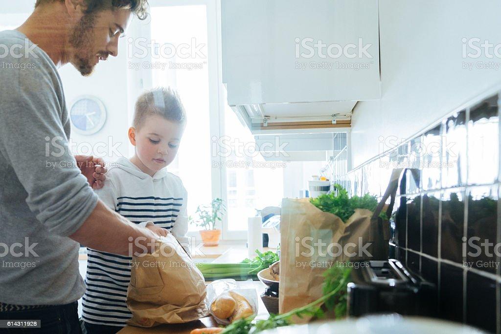父と息子の食材キッチンの手配 ストックフォト