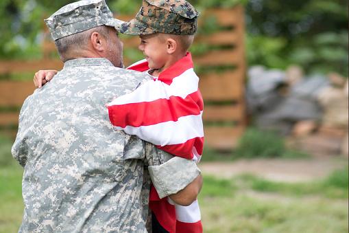 Father And Son — стоковые фотографии и другие картинки Армия