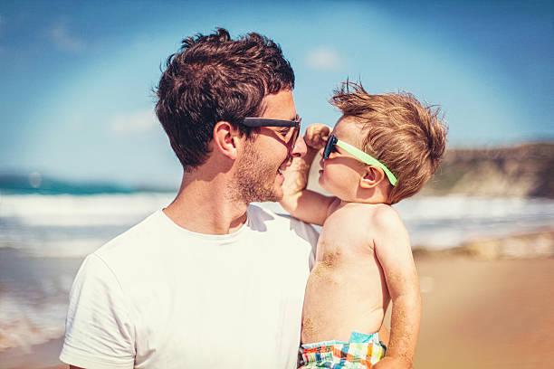vater und sohn - sonnenbrille kleinkind stock-fotos und bilder