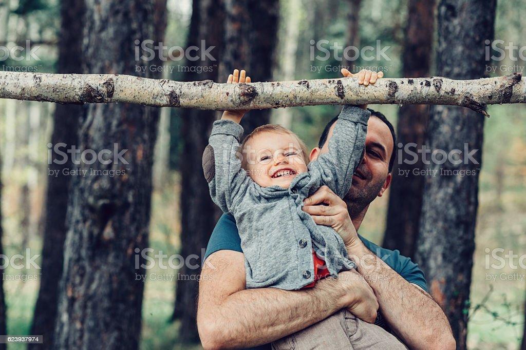 Vater und Sohn spielen zusammen – Foto