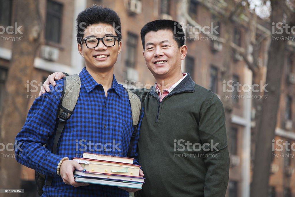 Retrato de Pai e filho em frente do dormitório - foto de acervo