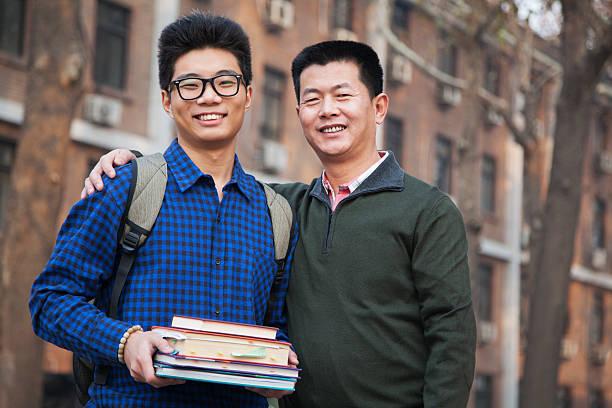 retrato de pai e filho em frente do dormitório - vida de estudante - fotografias e filmes do acervo