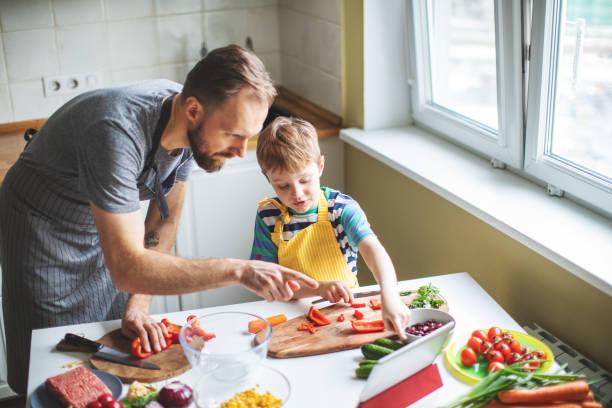 Vater und Sohn bereiten Lebensmittel vor – Foto