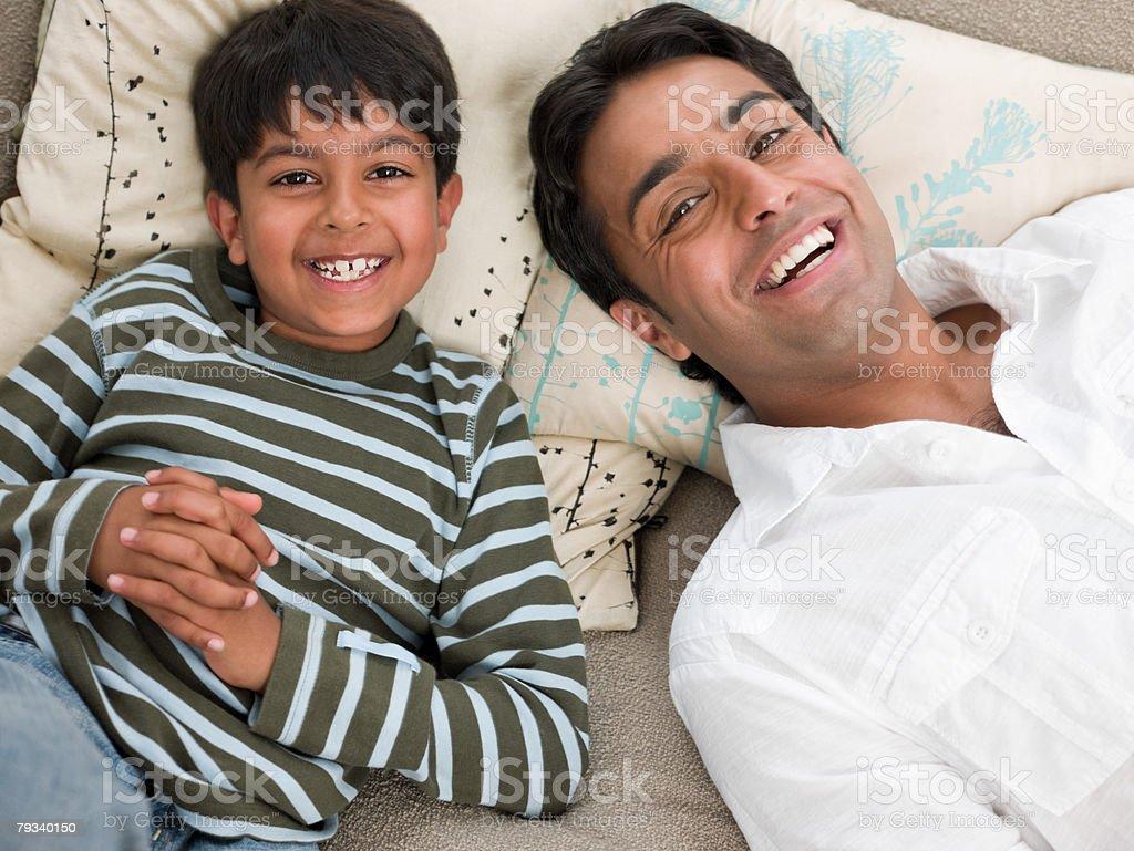 Vater und Sohn entspannende Lizenzfreies stock-foto