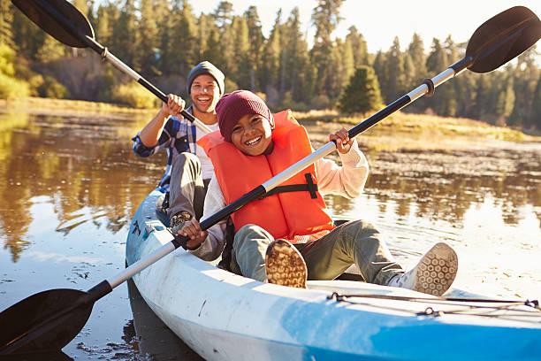 pai e filho de remo caiaque no lago - caiaque canoagem e caiaque - fotografias e filmes do acervo