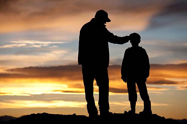 pai e filho silhueta - feliz dia dos pais - fotografias e filmes do acervo