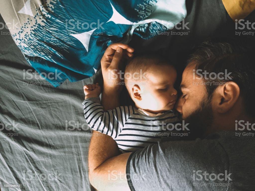 Vater und Sohn schlafen im Bett – Foto