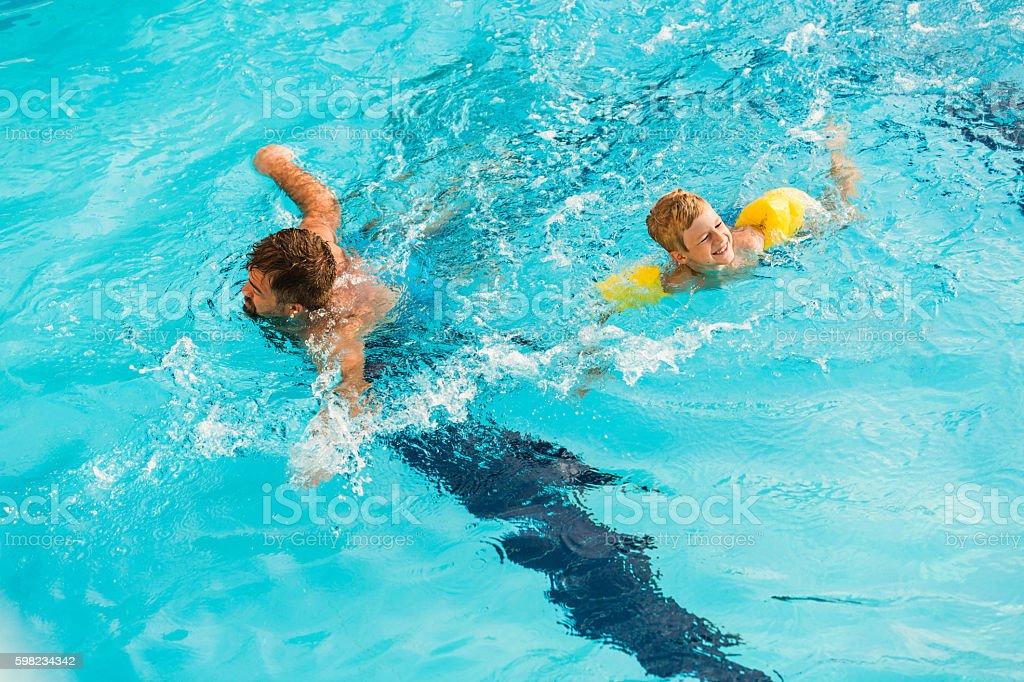 Pai e filho nadando juntos foto royalty-free