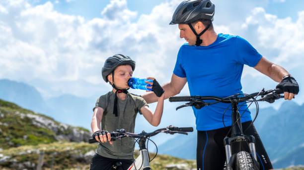 Vater und Sohn machen eine Pause beim Mountainbiken – Foto
