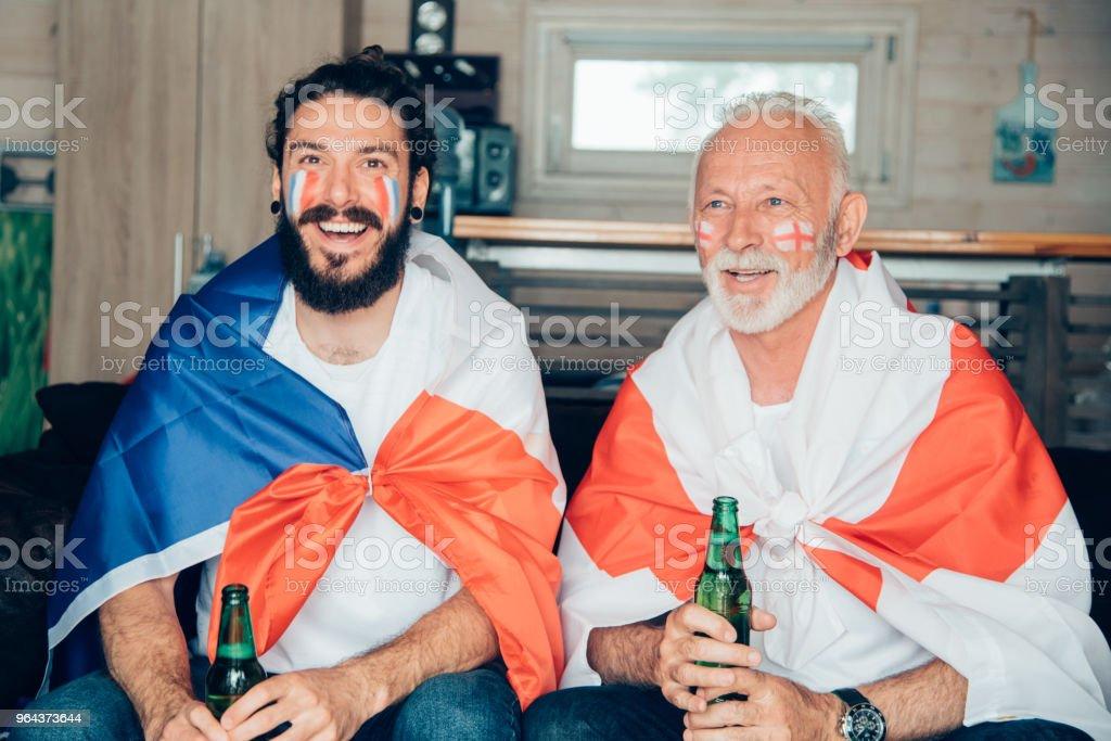 Pai e filho assistindo jogo de futebol juntos - Foto de stock de Adulto royalty-free