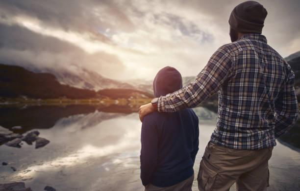 Vater und Sohn Sonnenuntergang in den montains – Foto