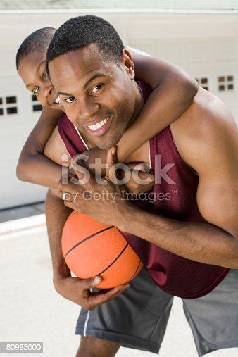 父と息子にバスケットボール - 2人のストックフォトや画像を多数ご用意