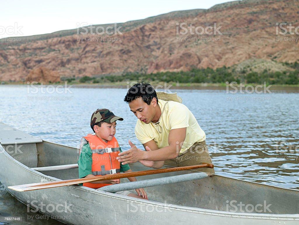 父と息子にカヌー ロイヤリティフリーストックフォト