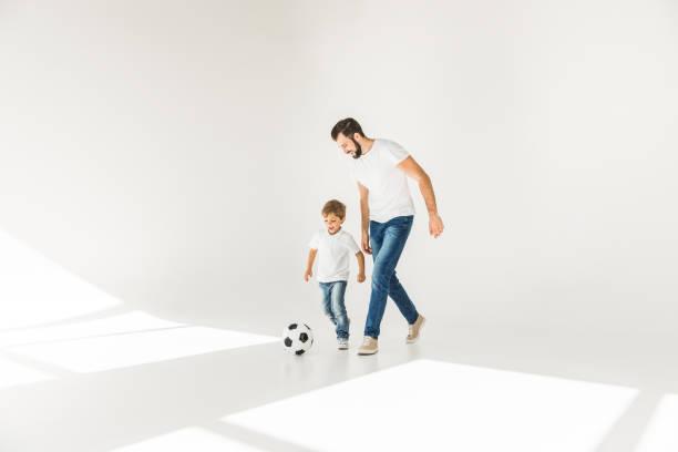 父と息子とサッカー ボール - 息子 ストックフォトと画像