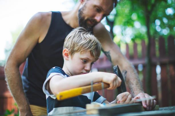 Vater und Sohn arbeiten zusammen – Foto