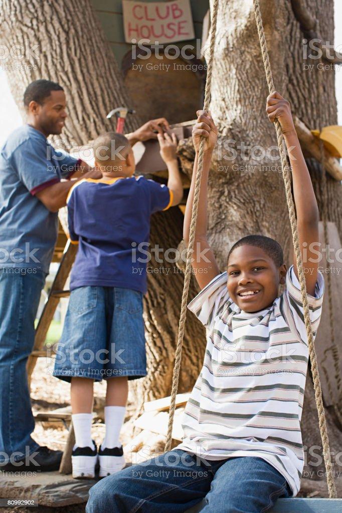 Pai e filhos construir Casa de Árvore foto de stock royalty-free