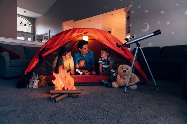 Vater und Söhne Camping drinnen – Foto