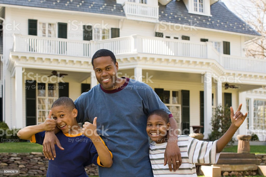 Pai e filhos, fora de casa foto de stock royalty-free