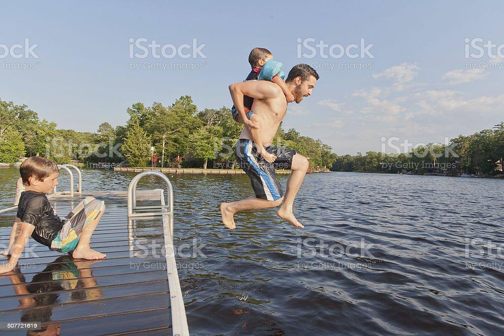 Vater und zwei Söhne Genießen Sie den Sommer auf den See – Foto