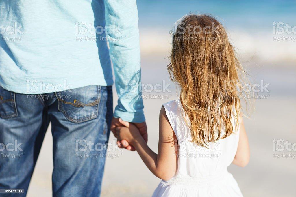Vater und Tochter holding Hände – Foto