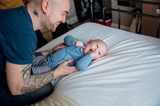 vater zu hause mit seinen baby sohn - liebeskummer englisch stock-fotos und bilder