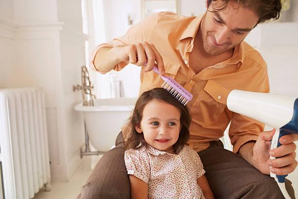 hija de padre blowdrying (2-4) de cabello en el baño, primer plano - padre que se queda en casa fotografías e imágenes de stock